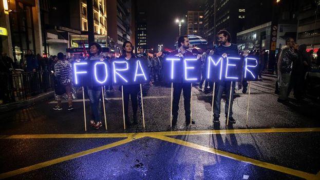 Miles de personas tomaron las calles de las principales ciudades de Brasil para manifestarse contra el Gobierno de Michel Temer, acorralado por un monumental escándalo de corrupción. (EFE/Fernando Bizerra Jr.)