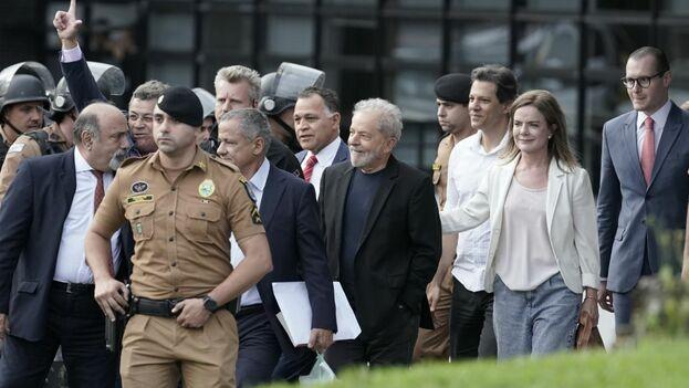 El expresidente de Brasil Luiz Inácio Lula da Silva, al centro, sonríe al salir de los cuarteles de la Policía Federal donde estaba recluido por cargos de corrupción. (EFE)
