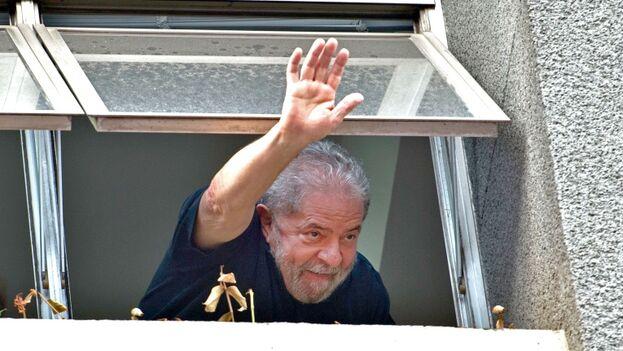 El expresidente de Brasil, Luiz Inázio Lula da Silva, saluda desde prisión. (Telesur)