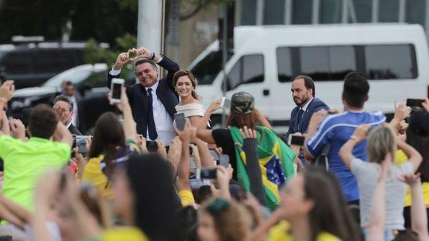 El presidente de Brasil, Jair Bolsonaro, saluda a la multitud junto a su esposa Michele. (EFE)