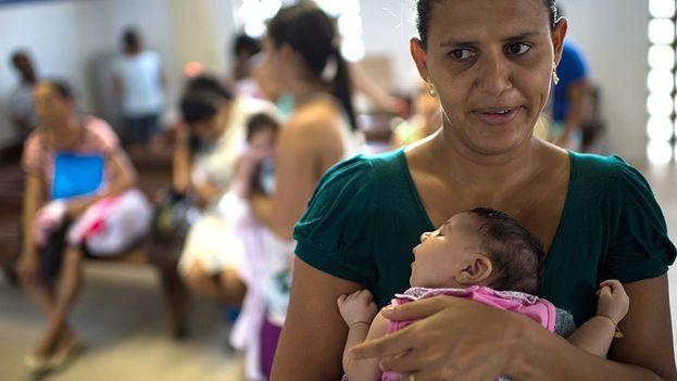 Una mujer en Brasil carga a su hijo que padece de microcefalia. (EFE)