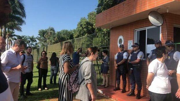 La confusión reinó durante horas en la embajada venezolana en Brasil, en las que se desconocía si era cierta la versión de la representante de Guaidó o la del jefe de negocios de Maduro.