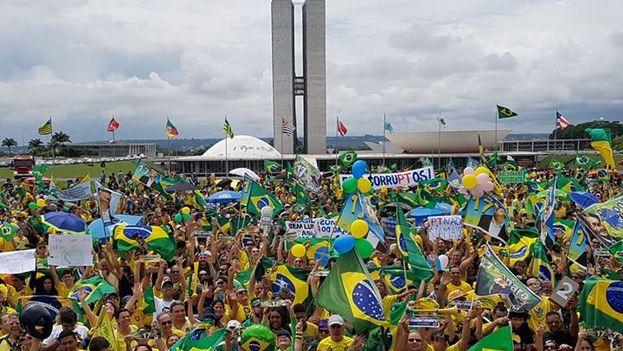 En Brasilia, la capital del país, un grupo se concentró en la Explanada de los Ministerios. (@VemPraRua_br)