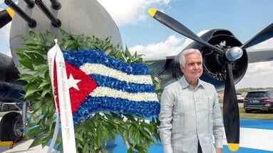 Johnny de la Cruz, presidente de la Brigada 2506 Asociación de Veteranos, posa junto a un bombardero B-26, utilizado en la invasión de Bahía de Cochinos. (EFE)
