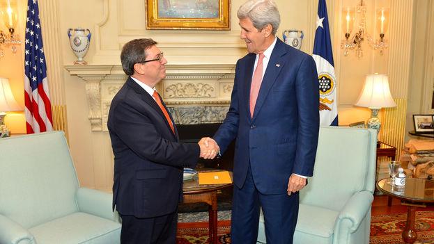 El canciller cubano, Bruno Rodríguez, y el secretario de Estado de EE UU, John Kerry, este lunes en Washington. (Dep. de Estado)