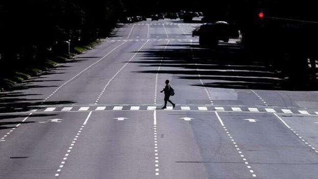 Un hombre cruza por una céntrica avenida de Buenos Aires, en cuarentena desde hace días y donde ayer se registró el primer contagio local. (EFE)