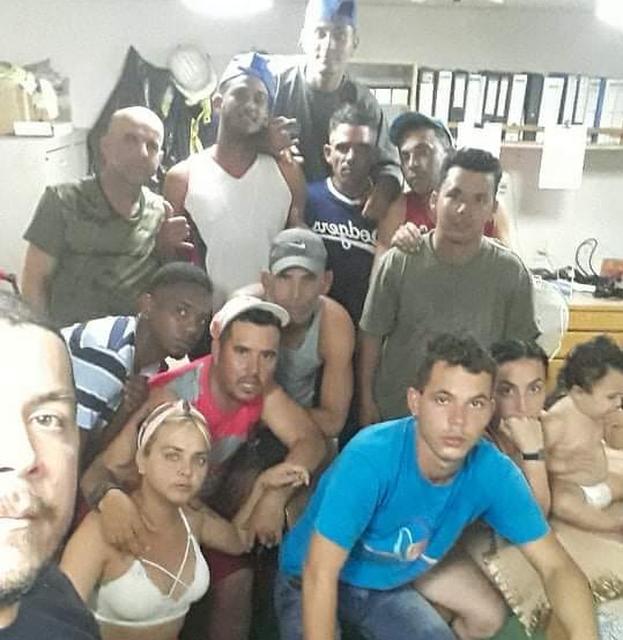 Los migrantes se encuentran a bordo del carguero Bulk Freedom que atraca en el puerto de George Town y se niegan a desembarcar. (Facebook)