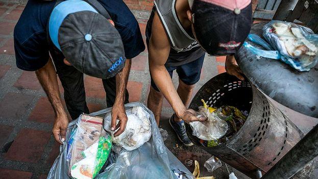 Buscar algo que comer en la basura se ha convertido en una alternativa para algunos venezolanos. (EFE)