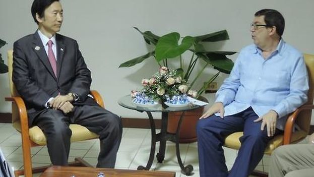 El canciller surcoreano Yun Byung-se y su homólogo cubano, Bruno Rodríguez, en La Habana. (Yonhap)
