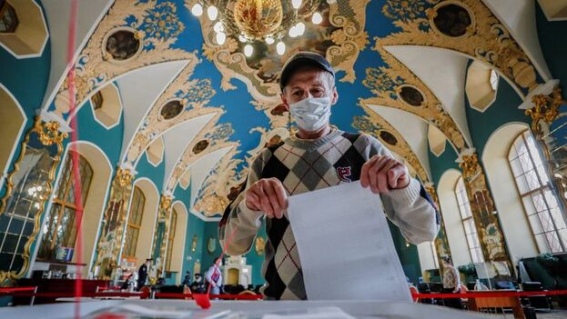 Según la CEC, más de un 25% del censo había votado a mitad de la segunda jornada de las legislativas rusas, que concluirán el domingo. (EFE/EPA/Yuri Kochetkov)