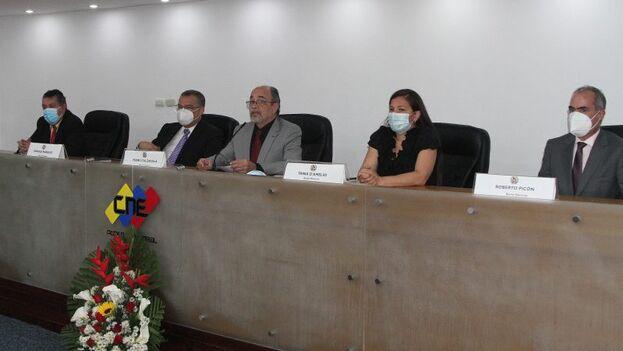 Nueva junta directiva del CNE, presidida por el exministro de Cultura en el Gobierno de Hugo Chávez y de Educación Universitaria con Nicolás Maduro, Pedro Calzadilla. (Prensa CNE)