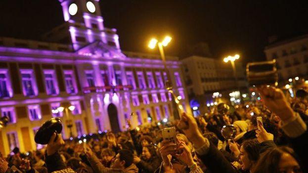 Cacerolada por el Día Internacional de la Mujer al inicio de la jornada en la Puerta del Sol de Madrid, frente a la sede del Gobierno regional iluminado en morado. (Kike Rincón)