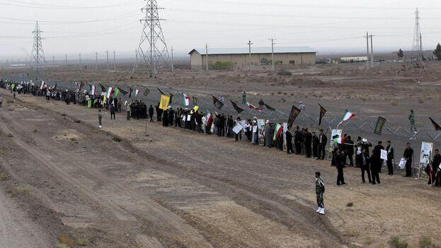 Cadena humana de estudiantes iraníes alrededor de las instalaciones de Fordo, en la ciudad de Qom, en el centro de Irán. (EFE/Str/Archivo)