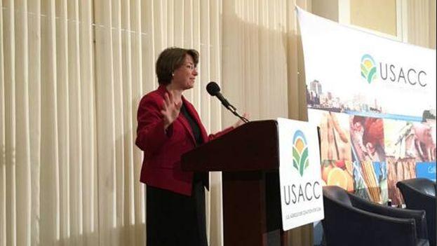 La senadora estadounidense que encabeza los esfuerzos para acabar con el embargo en la Cámara Alta, Amy Klobuchar. (Facebook)