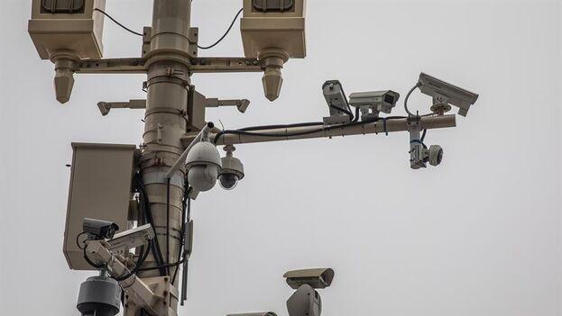 Camarás de vigilancia en la plaza de Tiananmmen, en Pekín. (EFE/EPA/ROMAN PILIPEY/Archivo)