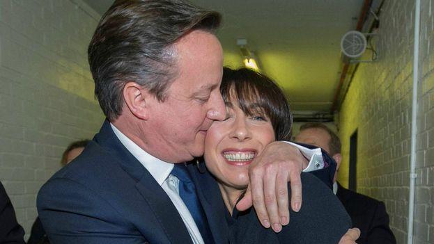 Cameron abraza a su esposa al conocerse el avance del escrutinio que le da la victoria. (@David_Cameron)