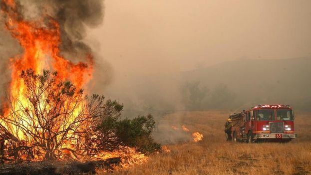 El incendio, bautizado como 'Camp Fire', fue declarado en la mañana del jueves en las faldas de la Sierra Nevada estadounidense y avanzó a gran velocidad. (EFE)