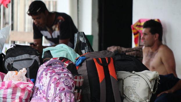 Un grupo de migrantes cubanos se alberga en la parroquia de Paso Canoas, en la Frontera entre Panamá y Costa Rica. (EFE)