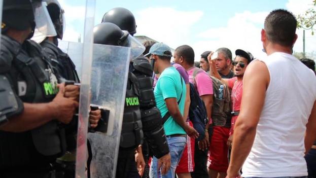 Un grupo de cubanos protesta en Paso Canoas, en la frontera de Costa Rica con Panamá. (Álvaro Sánchez/cortesía/El Nuevo Herald)