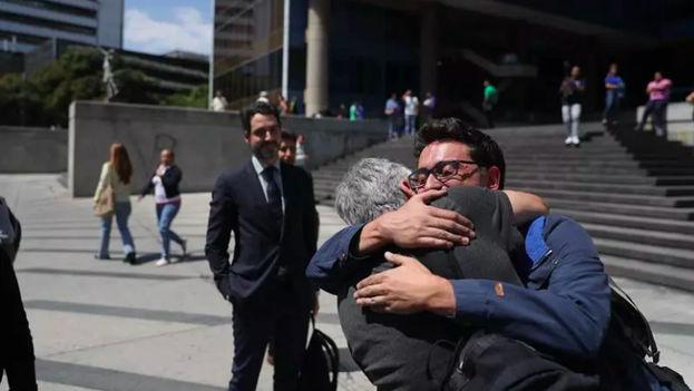 Durante la liberación los tres estuvieron acompañados por el cónsul español en Caracas, Julio Navas, y por el encargado de negocios de la embajada colombiana, Germán Castañeda. (Efecto Cocuyo)