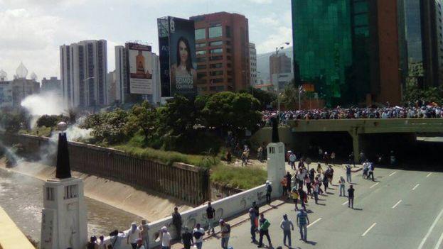 La policía disuelve una marcha en Caracas contra el Gobierno de Nicolás Maduro. (@unidadvenezuela)
