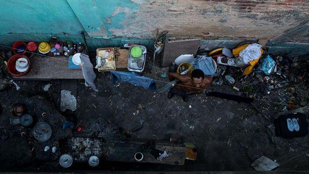 debajo de un puente del este de Caracas pasan su día a día unas 30 personas, casi todas pertenecientes a una misma familia, y desde allí se movilizan a los semáforos cercanos a pedir comida. (EFE)