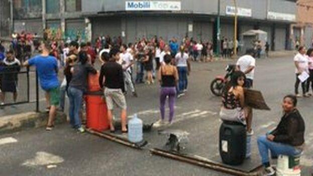 En Carcas, algunos venezolanos, cargados con bidones a la espera de rellenar, protestaron por la falta de agua corriente en casa. (JGuaido)