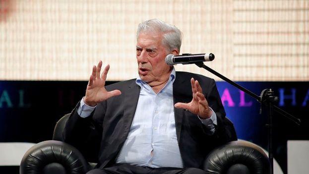 """""""¿Para quién puede ser modelo un país que ha destruido su economía y del que millones de venezolanos quieren huir?"""" cuestionó Mario Cargas Llosa en el Hay Festival de Arequipa. (EFE)"""