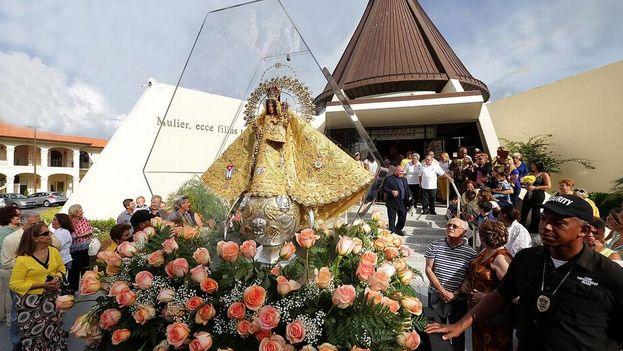 La procesión de la Virgen de la Caridad del Cobre sale de la Ermita de la Caridad hacia el Bank United Center en la Universidad de Miami el 8 de septiembre de 2016. (el Nuevo Herald)