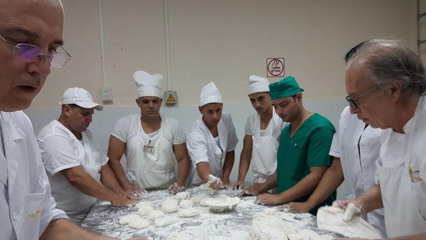 Carlos Bernabé trabaja con panaderos en Santa Clara. (Cortesía del entrevistado)