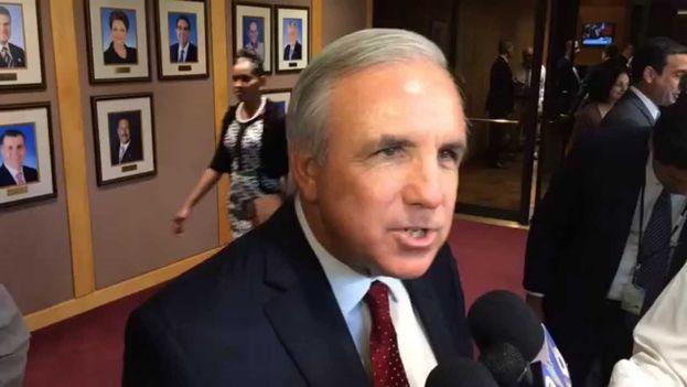 Carlos A. Giménez, alcalde de Miami-Dade nació en La Habana en 1954. (Youtube)