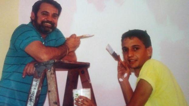 Carlos Iván González pintando junto a su padre justo después de llegar desde Cuba con el éxodo de Mariel. (Cortesía)