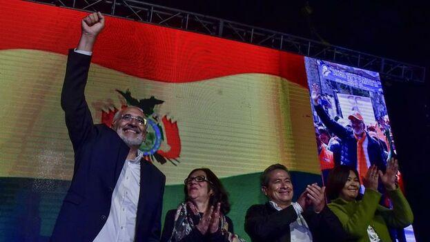 El candidato opositor Carlos Mesa reacciona tras conocer los primeros resultados electorales este domingo en La Paz. (EFE)