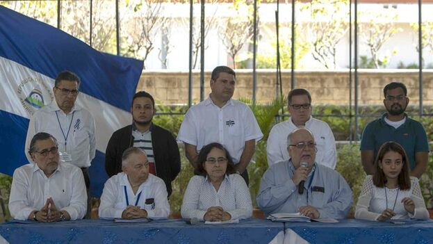Carlos Tünnermann (segundo por la izquierda) explicó en nombre de la Alianza Cívica que las partes mantienes profundos desacuerdos en algunos puntos. (EFE)