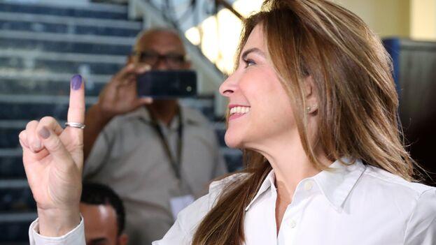 Carolina Mejía, votando en la imagen, se impuso con ventaja como alcaldesa de Santo Domingo. (CarolinaMejia)