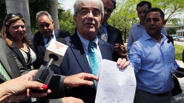 Uno de los abogados defensores a la salida de la corte este jueves. (El Nuevo Herald)