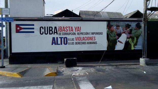 Cartel en Lima antes de ser destrozado por afines al Gobierno cubano.