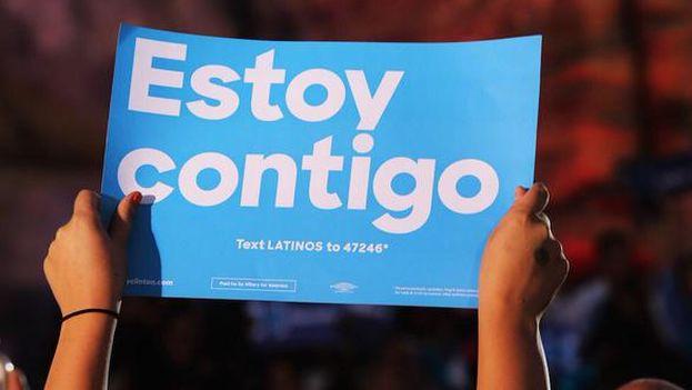 Carteles de apoyo a Clinton ete jueves en San Antonio, donde la candidata contó con el apoyo de Latinos for Hillary. (@ForHillary)