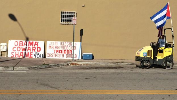 Carteles contra el presidente Barack Obama y el cantante Julio Iglesias junto a una apisonadora en el acto de protesta de la Vigilia Mambisa en Miami. (Twitter/@adriansalgado)
