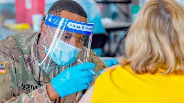 La Casa Blanca debe promover y destacar el rápido ritmo de vacunación al tiempo que pide a los estadounidenses que no levanten todavía las medidas para mitigar los contagios. (EFE)