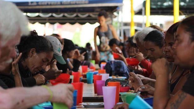 La Casa de Paso Divina Providencia reparte más de 1.000 comidas diarias a venezolanos, en especial a migrantes que van de paso, ancianos, mujeres y niños. (14ymedio)