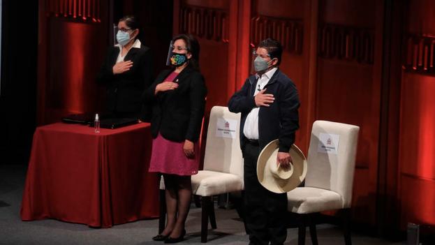 El presidente electo peruano, Pedro Castillo (derecha), y su vicepresidenta, Dina Boluarte (centro), prestan juramento antes de recibir las credenciales de sus nuevos cargos. (EFE/Sebastián Castañeda /Archivo)
