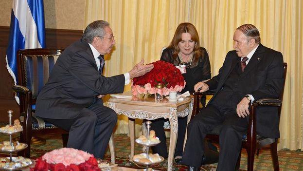 Raúl Castro y Abdelaziz Bouteflika durante la reunión mantenida el lunes en Argel. (EFE/APS)
