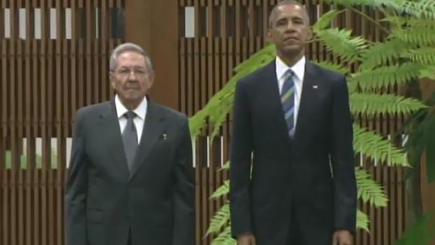 El presidente cubano, Raúl Castro, y su homólogo estadounidense, Barack Obama, este lunes en La Habana. (Fotograma)