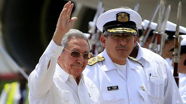 Raúl Castro saluda a su llegada a la ciudad de Cartagena, Colombia. (Archivo EFE)