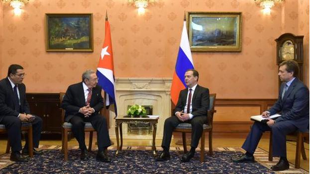 El presidente cubano, Raúl Castro, y Dmitri Medvédev, primer ministro ruso, hoy en Moscú. (Twitter)