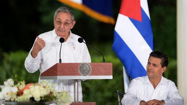 El presidente Raúl Castro durante su visita de Estado a México, junto a su homólogo Enrique Peña Nieto. (Presidencia de la República/Julio César Hernández)