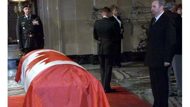 Fidel Castro en Montreal en el funeral de Pierre Trudeau en el año 2000. (Twitter)