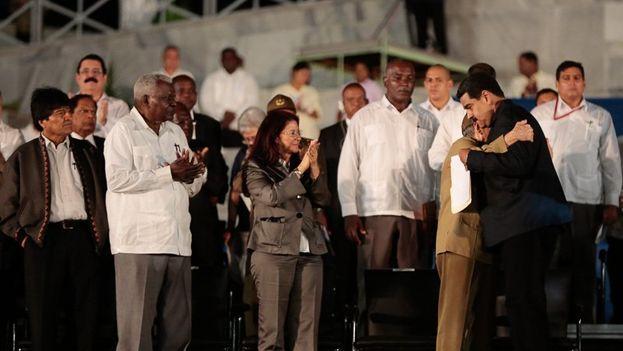 Nicolás Maduro abraza a Raúl Castro durante el homenaje a Fidel Castro en presencia de Evo Morales y miembros del Gobierno y el Partido Comunista de Cuba. (Prensa Presidencial)