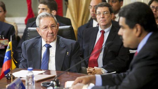 Raúl Castro, escucha a su homólogo venezolano, Nicolás Maduro durante la Cumbre extraordinaria del ALBA. (EFE/Santi Donaire)
